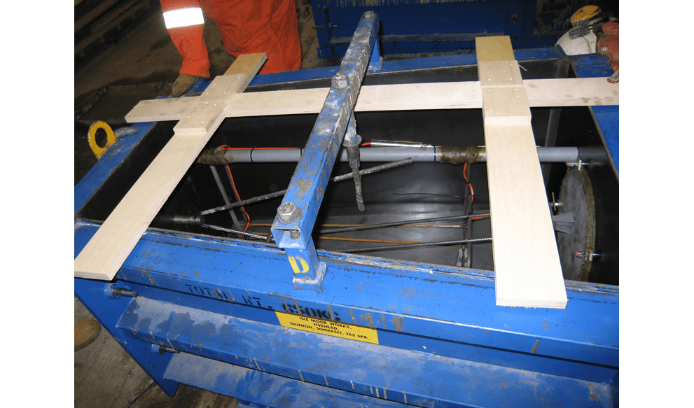 Instrumented concrete mould with pressure cells and strain gauges