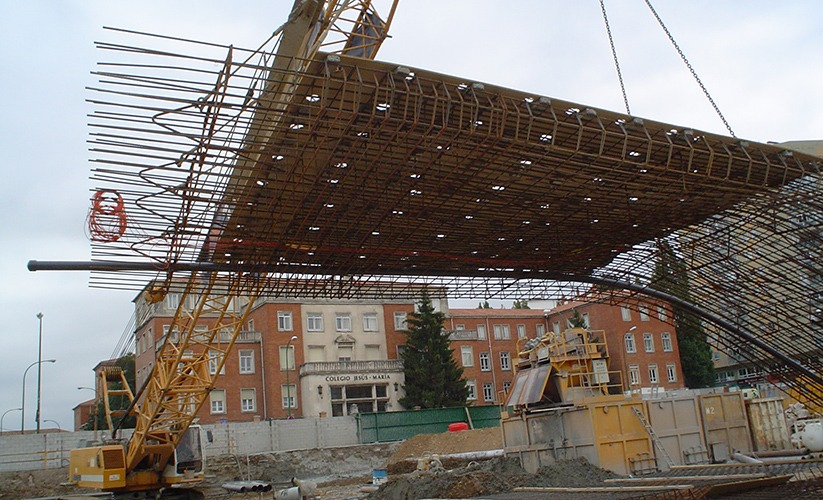Lifting the diaphragm wall cage into place at the museum of human evolution in Burgos, spain