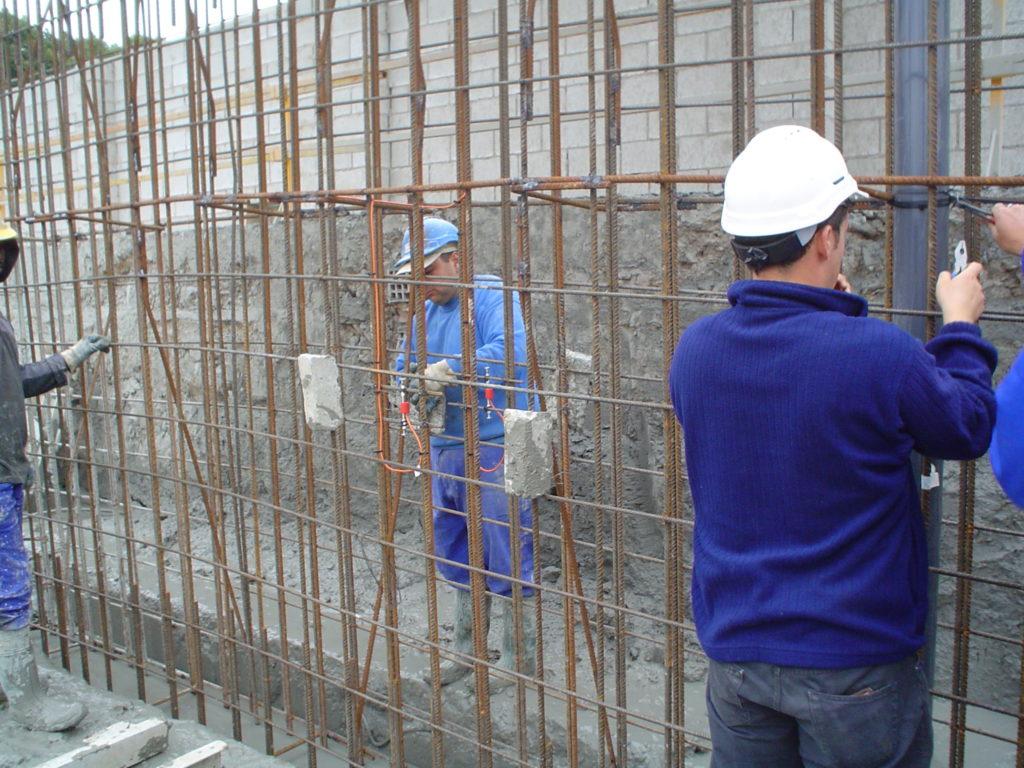 Installing VWS-2100 strain gauges on diaphragm wall cage in Burgos