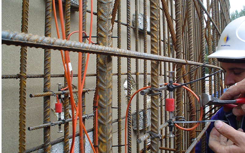 Fixing vibrating wire strain gauges VWS-2100 into the pile cage Burgos, Spain