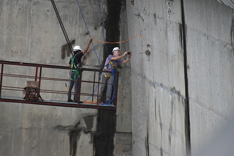 Installing 3D VWCM-4600 crack meters on Victoria dam wall