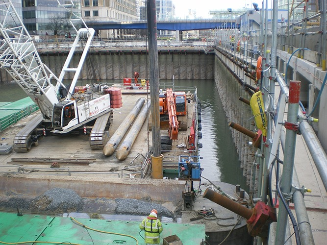 Vibrating wire load cells installed on cofferdam wall for Canary Wharf Crossrail Station construction